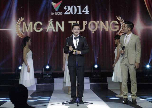 MC Công Tố nhận giải MC ấn tượng tại Lễ trao giải Ấn tượng VTV 2014