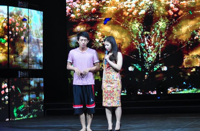 Ca sĩ trẻ Dương Hoàng Yến sẽ thể hiện ca khúc Đừng buồn phiền.