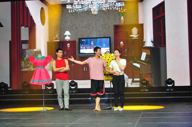 Các vũ công tập trong tiết mục của ca sĩ Dương Hoàng Yến.