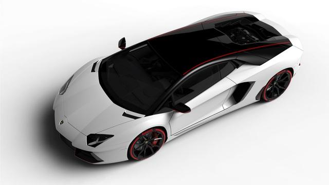 Lamborghini Aventador LP 700-4  phiên bản Pirelli có nóc màu đen đối lập với thân màu trắng