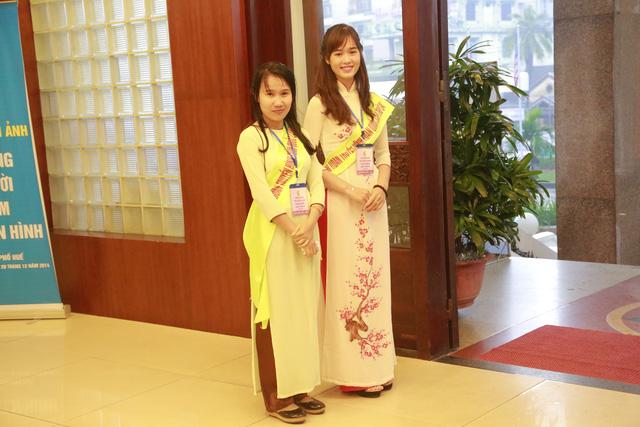 Các tình nguyện viên với nụ cười tươi tại sảnh đón tiếp các vị đại biểu về dự LHTHTQ lần thứ 34