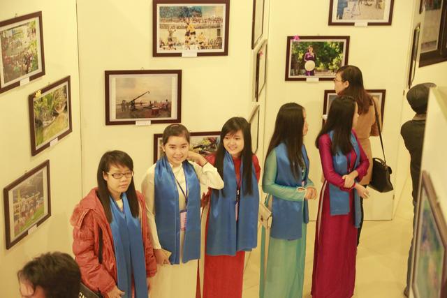 Các tình nguyện viên hướng dẫn đại biểu tại khu vực Triển lãm ảnh