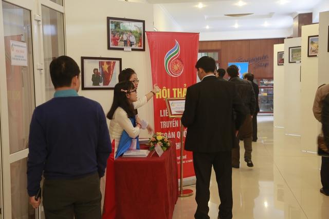 Tình nguyện viên tận tình giới thiệu và hướng dẫn đại biểu tham dự Hội thảo tại LHTHTQ lần thứ 34