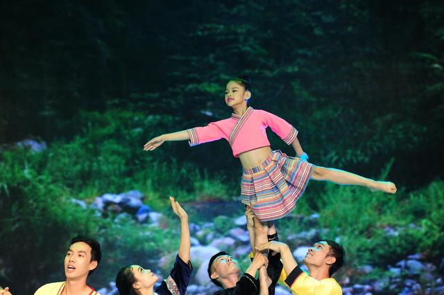 Bảo Ngọc nhập vai cô bé vùng cao cứu bạn vượt dòng nước lũ trong Liveshow 4
