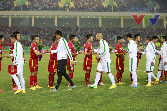 Hai đội bắt tay trước trận đấu