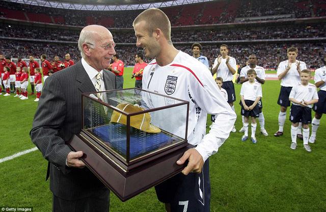 Tiền vệ đội trưởng David Beckham - người hiện đang có mặt tại Việt Nam - cũng nhận được chiếc mũ vàng trong lần thứ 100 đáng nhớ với ĐT Tam sư hồi tháng 5/2008.
