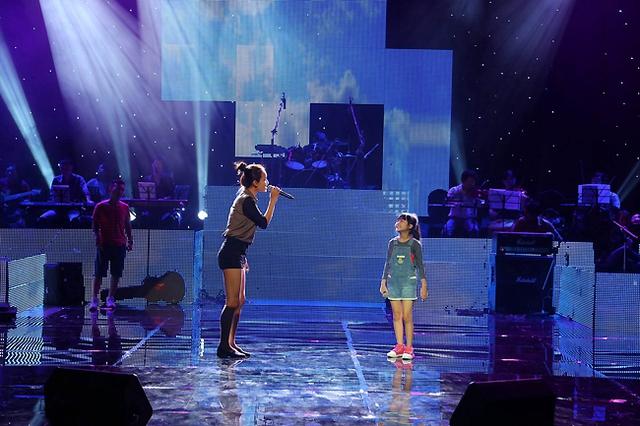 Phan Lê Ái Phương trên sân khấu. Cả hai sẽ thể hiện ca khúc Mẹ yêu con của tác giả Nguyễn Dân. Ca khúc được cho là sẽ là một trong những tiết mục tạo dấu ấn trong chương trình tối nay.