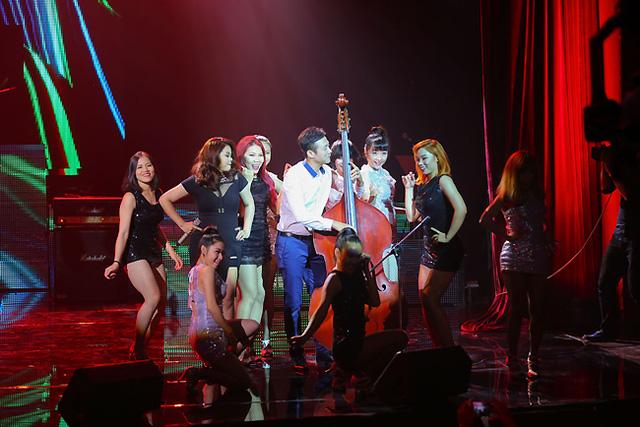 MC Anh Tuấn đã gây bất ngờ khi bỏ mic để trở thành một nhạc công Double bass.