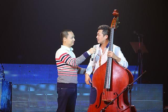 MC Anh Tuấn và nhạc sĩ Nguyễn Hải Phong đã hoán đổi vai trò trên sân khấu Bài hát Việt tối 27/11.