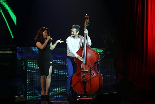Nữ ca sĩ Phù Vạn Nam Hương và MC Anh Tuấn trong ca khúc mở màn cho minishow của nhạc sĩ Nguyễn Hải phong.
