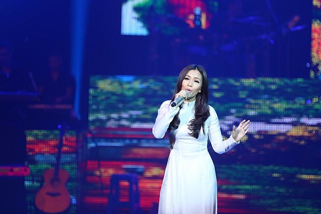 Nữ ca sĩ Phương Vy dịu dàng trong tà áo dài trắng khi thể hiện ca khúc của tác giả Dương Đức Tâm - ca khúc Chơi thả diều. Dương Đức Tâm cũng là tác giả đã nhận được thành công khi tham gia Bài hát Việt 2 năm trước với ca khúc Con sâu.