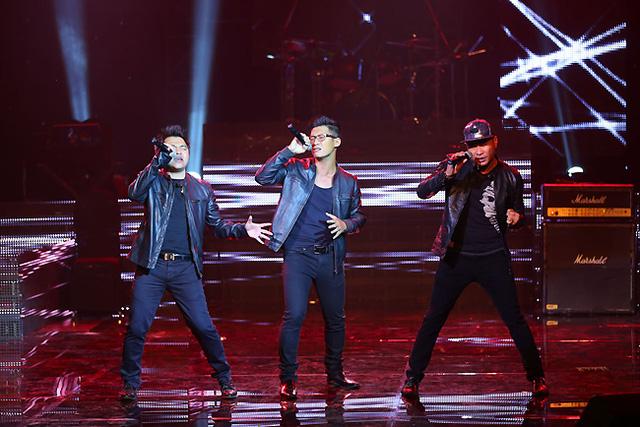 Nhóm MTV làm nóng sân khấu BHV với bản mashup Bàn tay trắng, Dòng thời gian và Góc tối - những bản hit của Nguyễn Hải Phong.