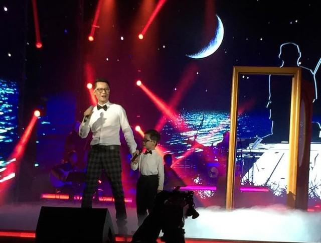 Hoàng Bách và con trai Tê Giác trên sân khấu BHYT