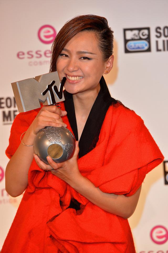 Nữ ca sĩ Châu Bút Sướng là nghệ sĩ duy nhất của Châu Á giật giải tại EMA 2014