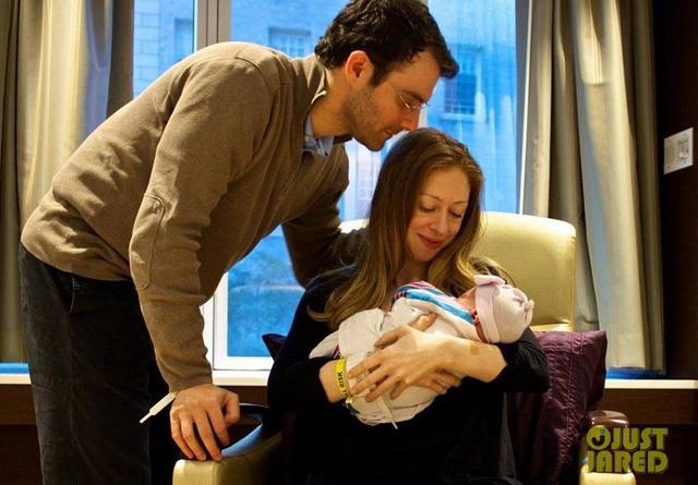Chelsea Clinton và chồng Marc Mezvinsky cùng con gái Charlotte.