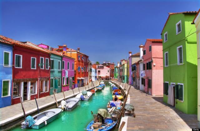 Thị trấn rực rỡ sắc màu tại Italy có tên Burano.