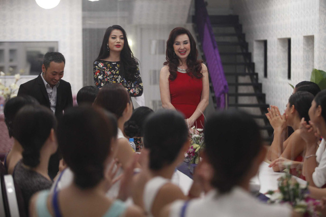 Các thí sinh gặp gỡ BGK khi công  bố đề bài của tuần đầu tiên