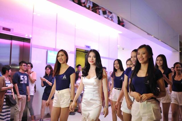 Các thí sinh Hoa khôi áo dài Việt Nam tham gia ủng hộ bộ phim Hương Ga của giám khảo Trương Ngọc Ánh