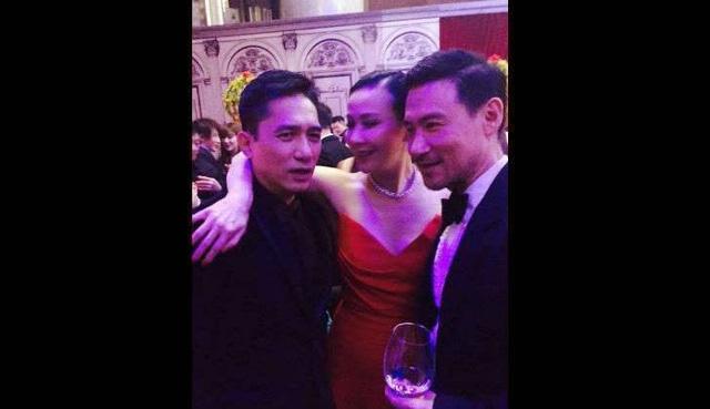 Lương Triều Vỹ, Lưu Gia Linh và Lương Gia Huy thân thiết trong bữa tiệc.