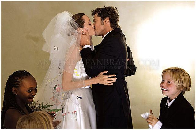 Và đây chính là khoảnh khắc đáng nhớ nhất. Cả hai trao nhau nụ hôn trong lễ cưới giản dị chỉ có khoảng hơn 20 khách. Brangelina cho biết, các con là một phần quan trọng của đám cưới. Bọn trẻ chuẩn bị từ váy cưới, tung hoa, dẫn mẹ vào nơi làm lễ cũng như chứng kiến khoảnh khắc trọng đại này.