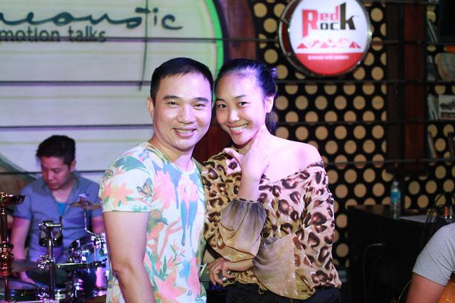 Quang Linh và Đoan Trang đã có cuộc nói chuyện khá rôm rả trước khi luyện tập cùng band