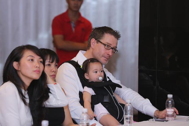 Johan Wicklund – chồng của Đoan Trang – cùng với con gái là bé Sol cũng có mặt tại buổi Họp báo để ủng hộ tinh thần cho Đoan Trang.