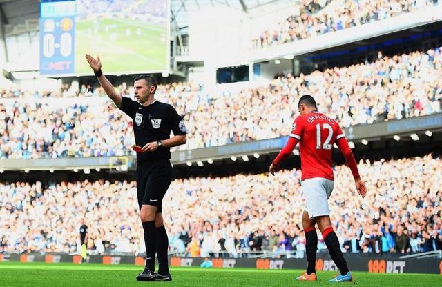 Tuy nhiên đó không phải là ngày vui với những người yêu Man Utd khi họ sớm phải chơi thiếu người sau chiếc thẻ đỏ tai hại của Smalling.