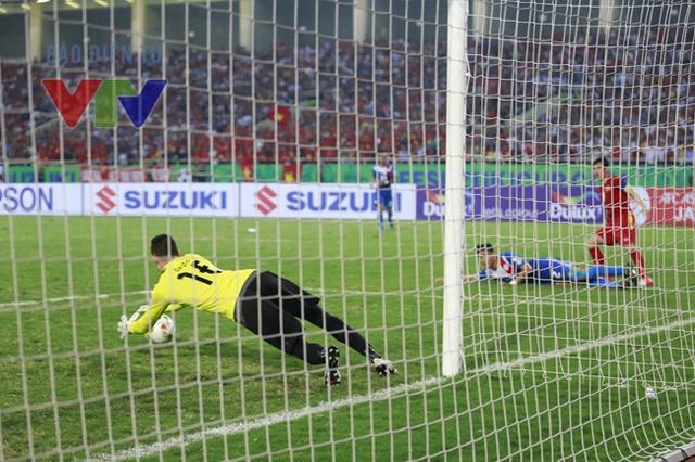Có được bàn thắng sớm, ĐT Việt Nam có sự hưng phấn về mặt tâm lý và thi đấu rất tự tin. Những đợt sóng gió liên tiếp đổ dồn về phía khung thành Philippines.