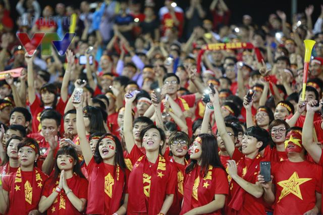 Trên khán đài SVĐ Mỹ Đình, người hâm mộ không khỏi phấn khích trước màn trình diễn tuyệt vời của các cầu thủ áo đỏ.