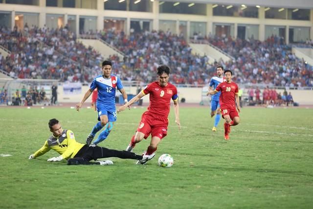 Tốc độ của trận đấu được đẩy lên cao ngay từ đầu khi ở phút thi đấu đầu tiên, Công Vinh đã có pha xâm nhập vòng cấm rất dũng mãnh.