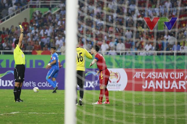 Ở tình huống này, trọng tài đã rút ra một chiếc thẻ vàng dành cho tiền đạo mang áo số 9 của ĐT Việt Nam vì cho rằng anh đã ngã vờ để kiếm phạt đền.