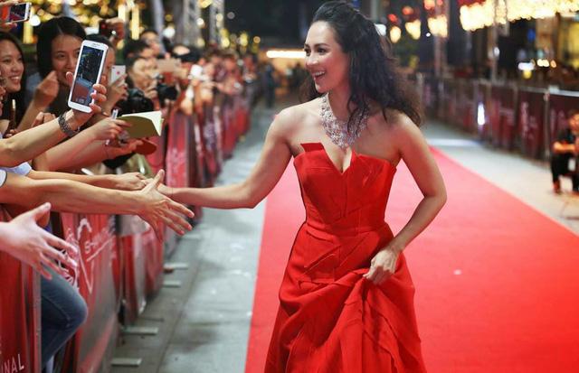 Người đẹp Hoa ngữ trên thảm đỏ quảng bá phim The Crossing ở Singapore.