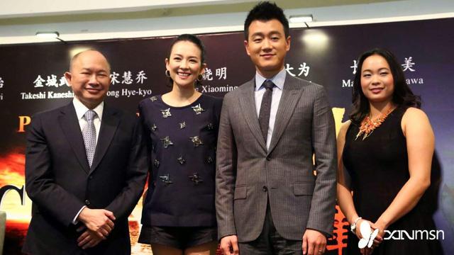 Đạo diễn Ngô Vũ Sâm (ngoài cùng bên trái), Chương Tử Di cùng các thành viên khác của đoàn làm phim The Crossing.