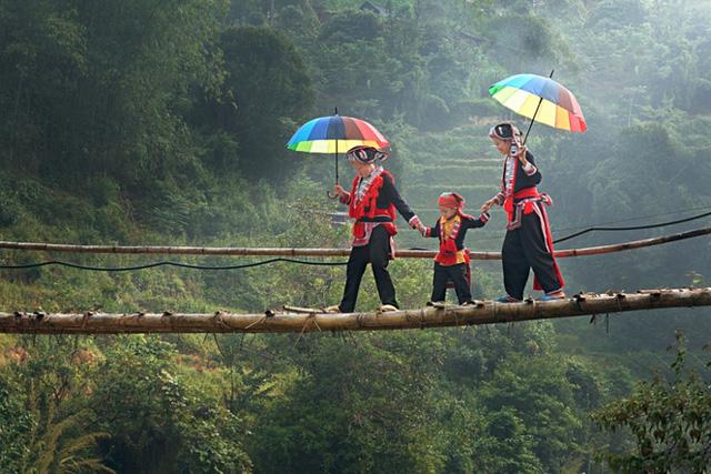 Hay vẻ đẹp giản dị của những bà mẹ đưa con qua chiếc cầu cheo leo giữa núi rừng. (Tác giả: Tăng Quang Trọng)