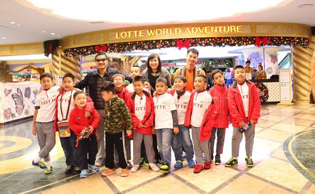 HLV Hồng Sơn, Ngọc Châm và Xuân Bắc cùng các cầu thủ nhí tại Hàn Quốc