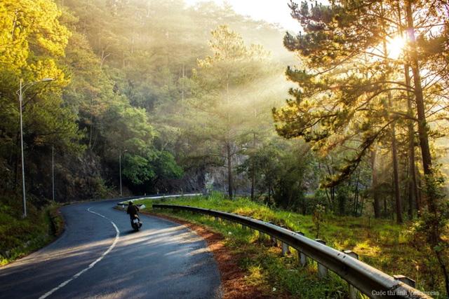 Đối với người yêu du lịch bụi hay phượt thì trải nghiệm cầm lái vượt qua những khúc cua quanh co đèo dốc là một cảm giác vô cùng thích thú và khó quên. (Tác giả: Dương Kim Khang)