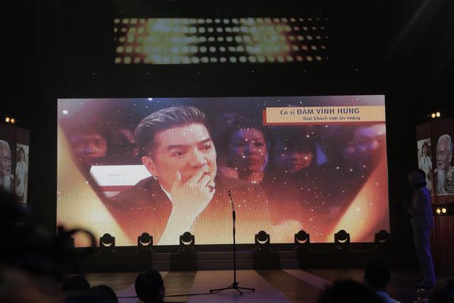 Và giải thưởng Khách mời ấn tượng được trao cho ông hoàng V-pop - Mr. Đàm.
