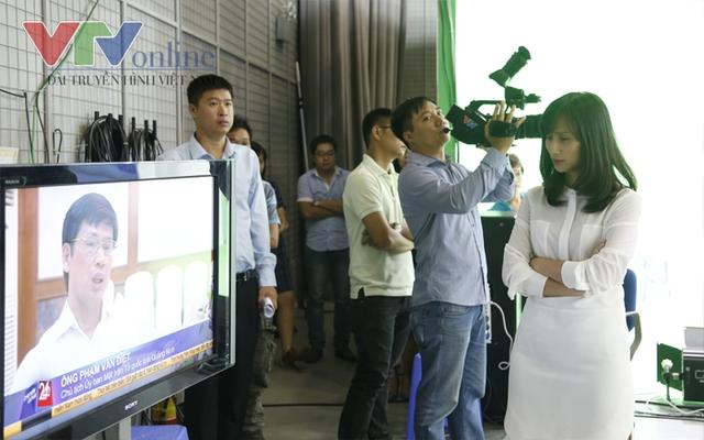 Đạo diễn Chuyển động 24h - Nhà báo Lê Bình, đăm chiêu theo dõi buổi tổng duyệt.