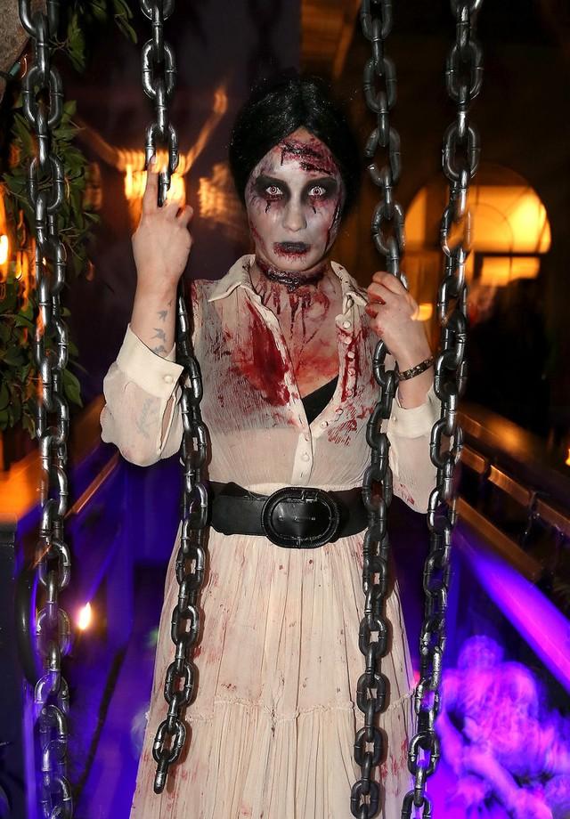 Thây ma Demi Lovato khiến nhiều người thót tim bởi cơ thể đầy máu