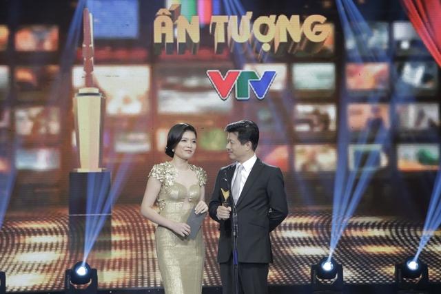 MC Diệp Anh và nhà báo Vũ Mạnh Cường công bố giải thưởng BTV lên hình ấn tượng.