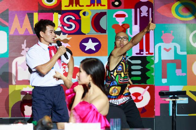 Xuân Bắc trò chuyện với một vũ công trong tiết mục của Hải Nam