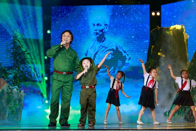 Hài Nam song ca cùng NSND Quang Lý