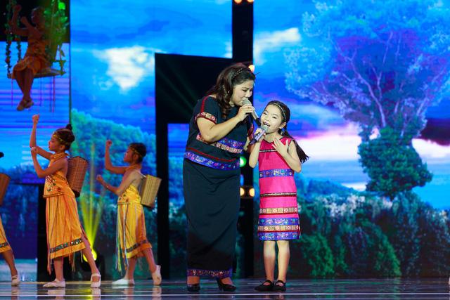 Cô bé Thu An song ca cùng NSND Thanh Hoa