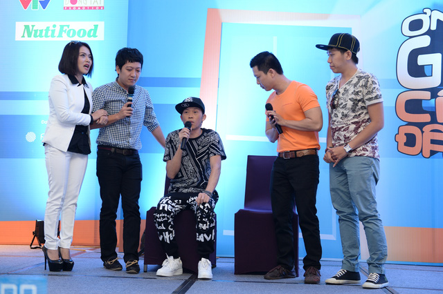 GK Hoài Linh nhập vai ngay tại một tình huống trong buổi họp báo