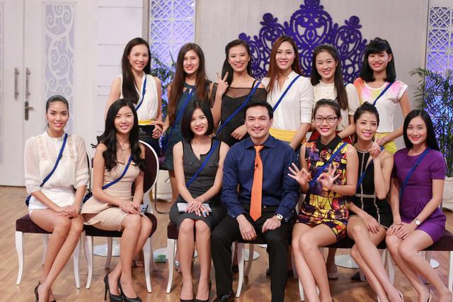Diễn viên Chi Bảo cùng các thí sinh Hoa khôi áo dài Việt Nam