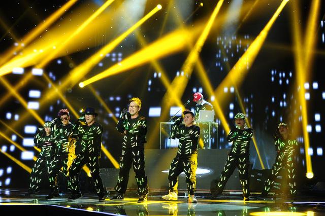 F-Band và GK Dương Khắc Linh hóa robot trong ca khúc Em bị nghiện smartphone