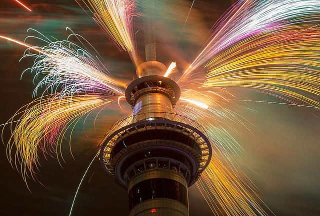 Pháo hoa được bắn ra từ tòa tháp Sky Tower ở thành phố Auckland, New Zealand