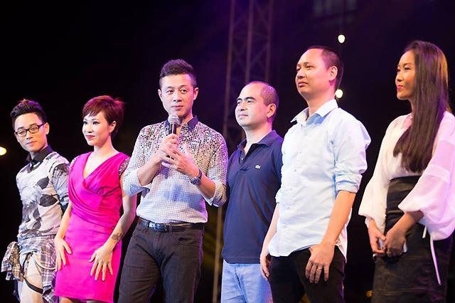 Ca sĩ Trúc Nhân, Uyên Linh, MC Anh Tuấn, nhạc sĩ Đức Trí, Nguyễn Hải Phong và ca sĩ Đoan Trang trên sân khấu gala.