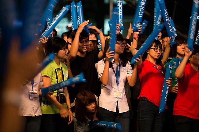 Nguồn năng lượng trẻ trung của các bạn sinh viên đã lây sang cả ê-kíp thực hiện cũng như các khách mời.