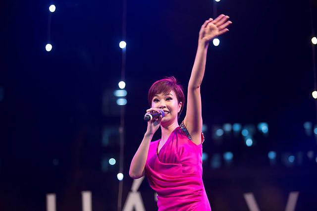 Hãy nhìn sự cộng hưởng mà các sinh viên mang đến cho Uyên Linh. Cô không ngừng vẫy tay với khán giả phía dưới và giao lưu với họ.